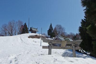 日野神社山頂奥宮と残雪に埋まる鳥居