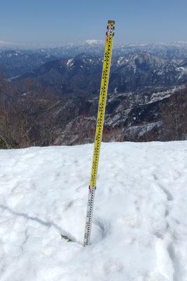 日野神社奥宮の横に立てられていた雪尺