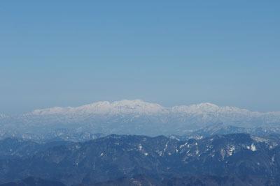 日野山からみた残雪被る白山連峰