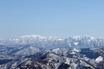 日野山からみた残雪ある能郷白山や冠山等の越美山地