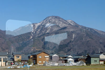 北陸線車中からみた残雪をまとう日野山