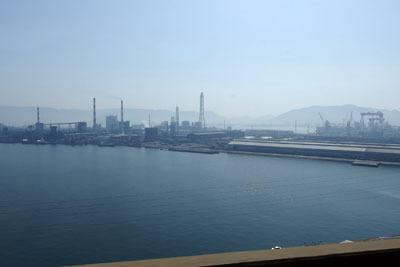 瀬戸大橋線からみた四国坂出のコンビナート「番の州臨海工業団地」