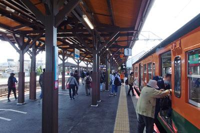 岡山県の児島からの列車が到着した香川県の琴平駅