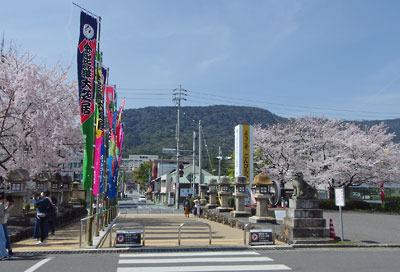 桜咲く香川県琴平駅前