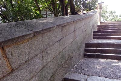 讃岐金刀比羅宮の石段参道脇の屋根付石塀