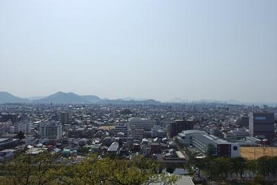 丸亀城本丸よりみた讃岐平野と象頭山
