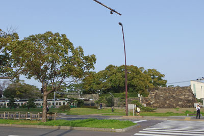 高松城址の石垣と琴電