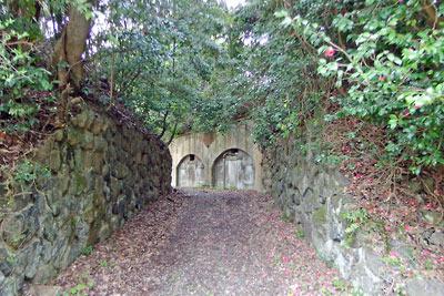 京都府北部舞鶴の葦谷砲台入口の石組と内部施設