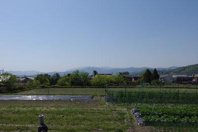 一乗寺集落外れの山裾の道からみた、長閑な田園景
