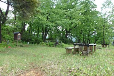 福井県内陸部・勝山郊外にある村岡山城址の山上広場