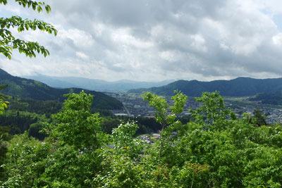 福井県内陸部・勝山郊外にある村岡山城址から見た、大野方面と荒島岳