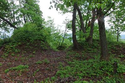 福井県内陸部・勝山郊外にある村岡山城址の土塁と城戸口の遺構