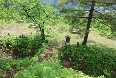 福井県内陸部・勝山郊外にある村岡山城主郭跡からみた堀と土橋と広場