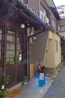 路地途中の美麗な改装を施す古家で営業する、京都市左京区の古道具店「呱々」