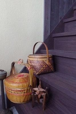 移転開業した京都市左京区の古道具店「呱々」の階段下に展示された商品
