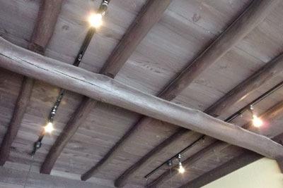 古い町家の梁構造が活かされた、京都市左京区の生活骨董店「呱々」の天井