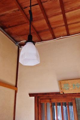 早速自宅玄関に提げた、京都市左京区の骨董店「呱々」で購入した雷紋電傘