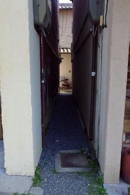 京都市街東部・今出川通の歩道から続く人一人がやっと通れる路地