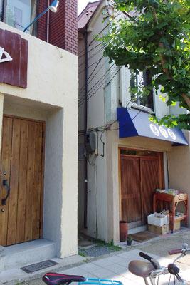 京都市街東部・今出川通の歩道横にある地図にないような路地
