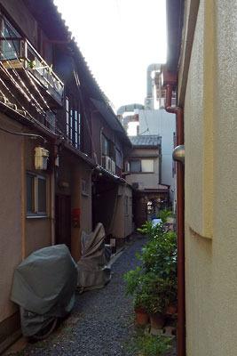 京都市街東部・今出川通から続く抜け道裏の行き止まり路地