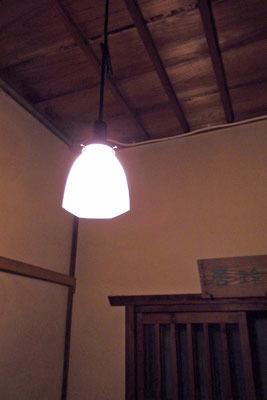 拙宅玄関に提げた呱々購入の雷紋電傘の初点灯