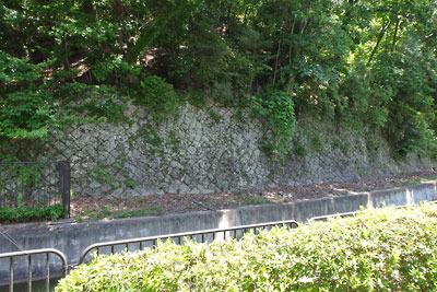 京都市街東部・山科北部にある栗原邸近くの琵琶湖疏水縁の古い高石垣