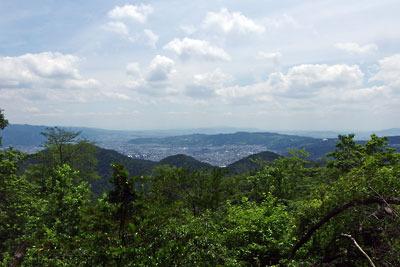 京都市街東部・山科北山中の安祥寺上寺跡「観音平」より見た山科盆地等の眺め