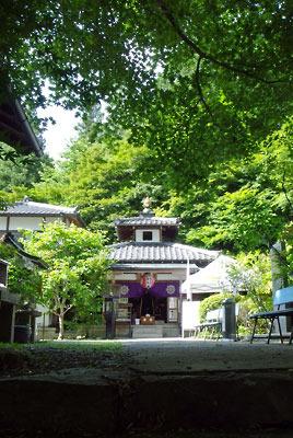 山門越しに見た、京都市街東部・北山科山中にある双林院本堂