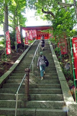 京都市街東部・北山科にある山科毘沙門堂の正面石段