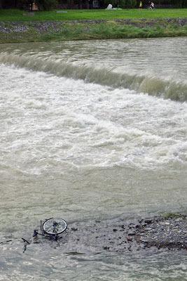 平成30年7月豪雨により流されてきた自転車が覗く、濁流の京都・賀茂川(鴨川)