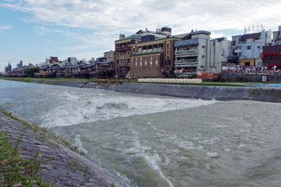 平成30年7月豪雨による、京都・三条大橋下流・歌舞練場横の賀茂川(鴨川)護岸破損