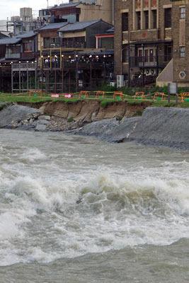 平成30年7月豪雨による護岸破損箇所と京都・賀茂川(鴨川)の奔流