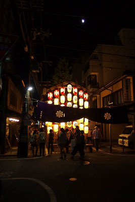 京都・祇園祭の山鉾「役行者山」と夏の半月