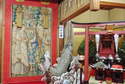 京都・祇園祭の山鉾「鯉山」のご神体の朱塗りの鳥居と祠、伝左甚五郎作の鯉、ベルギー製タペストリー