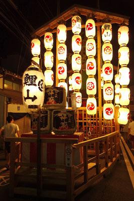 京都・祇園祭の山鉾「鯉山」と提灯