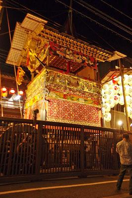 煌びやかに飾られた、京都・祇園祭の山鉾「北観音山」の宵山での威容