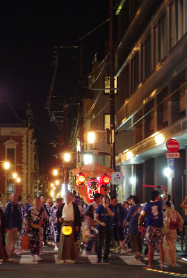 200年ぶりの復活目指し力強く鉾町を進む、京都・祇園祭の山鉾「鷹山」の日和神楽
