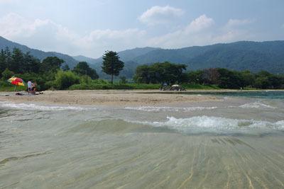 砂浜に澄んだ水の波寄せる、風光明媚な琵琶湖西岸