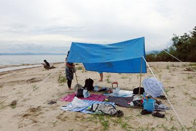 滋賀県琵琶湖西岸の浜で試みた、ビニールのシートや紐を使った代用タープ