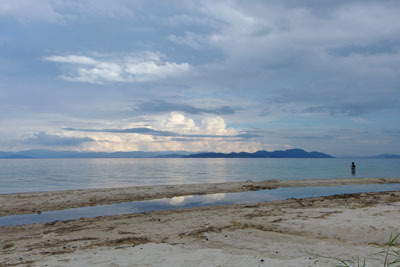 夕刻の琵琶湖岸に現れた光る入道雲