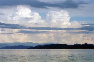 白く光る琵琶湖東岸の入道雲