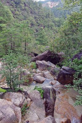 花崗岩の谷に清水下る、滋賀県・湖南アルプス太神山地の山中