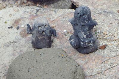 滋賀県・湖南アルプス太神山中の沢の粘土を、野営地の竈の火で焼いて作った土偶