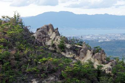 滋賀県・湖南アルプス太神山中稜線から見えた、奇岩向こうの湖東平野、琵琶湖、比叡山
