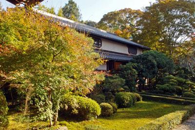 火災から復活した、京都市街東部山麓の安楽寺客殿