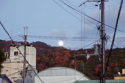 東山連峰の紅葉と満月(2017年12月2日撮影)