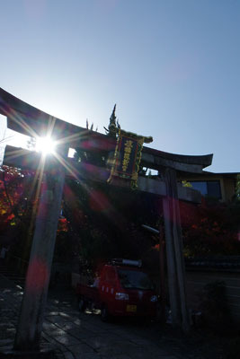 朝日に輝く粟田神社の鳥居と「感神院新宮」の扁額