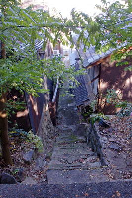 京都市街東部にある三条南裏路地から三条通へと抜け下りる町家路地