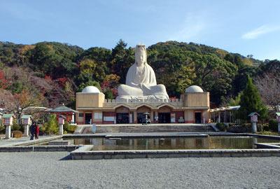 京都・東山山麓の霊山観音