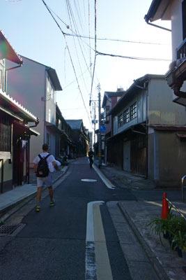 やきもの店や倉庫等が並ぶ、京都・五条坂の路地
